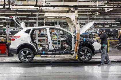 nissan-qashqai-being-built-on-nmuk-line-1-with-an-operator