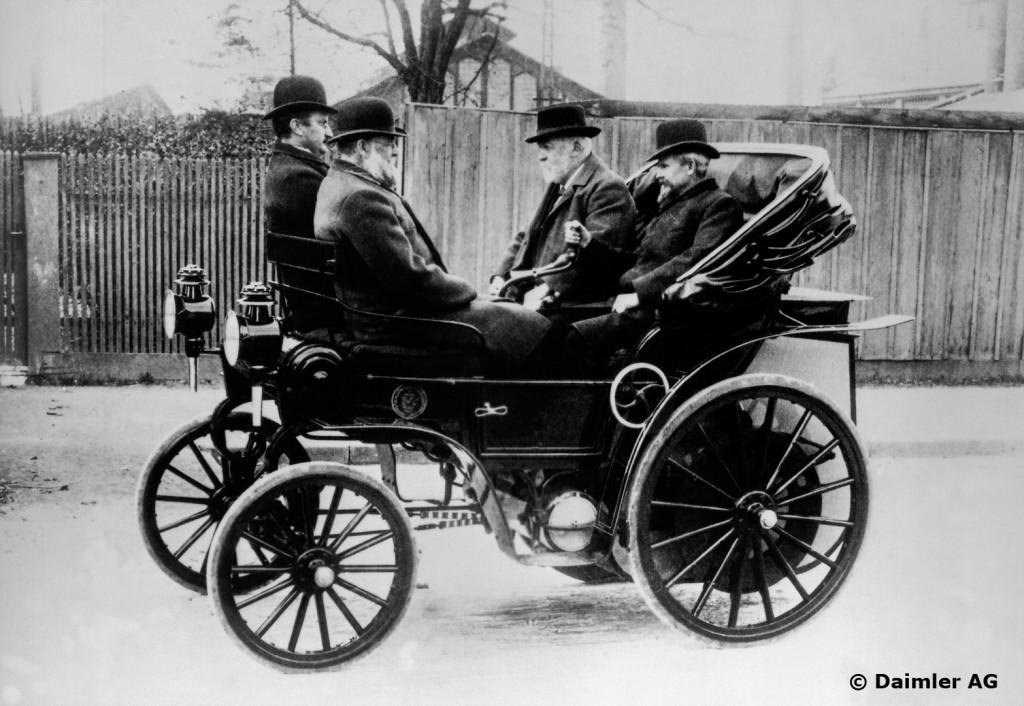 rechts: Gottlieb Daimler neben Wilhelm Maybach auf dem Daimler-Riemenwagen von 1897. Linke Seite, vorne: Adolf Groß, Direktor bei der Maschinenfabrik Esslingen.