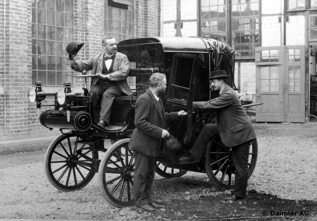 Daimler Riemenwagen Typ Viktoria mit den Herren Möwes, Bauer und Paul Daimler (von links), um 1897.