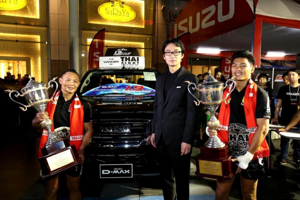 มร.โทชิอากิ มาเอคาวะ ถ่ายภาพร่วมกับแชมป์ไทยไฟท์ 2016