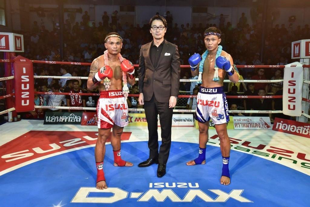 มร.โทชิอากิ มาเอคาวะ มอบพวงมาลัยให้คู่ชิงชนะเลิศ