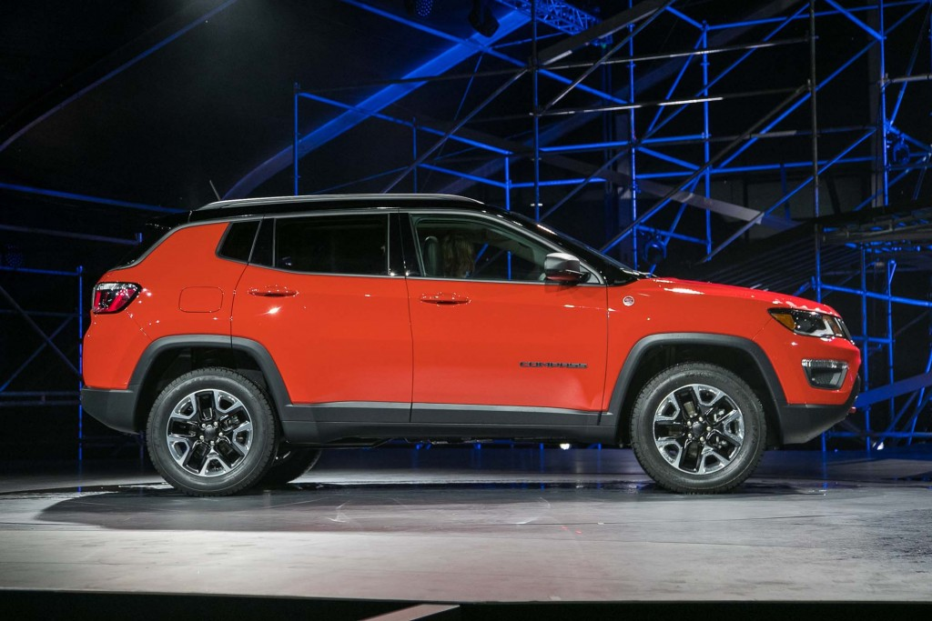 2017-Jeep-Compass-Trailhawk-side