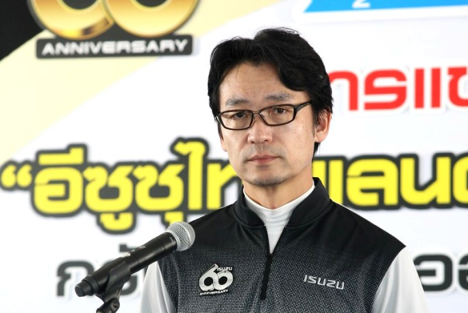 มร. โทชิอากิ มาเอคาวะ กรรมการผู้จัดการ  บริษัท  ตรีเพชรอีซูซุเซลส์ จำกัด