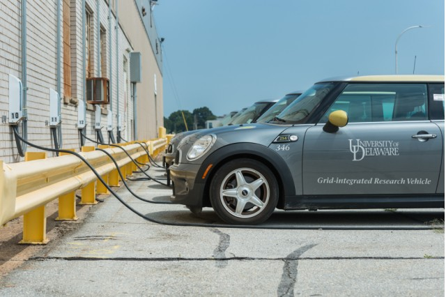 mini-e-electric-cars-used-in-vehicle-to-grid-test-photo-by-university-of-delaware-evan-krape_100487160_m