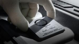"""Charakteristisches Merkmal der """"one man, one engine""""-Fertigung ist die AMG Motorplakette mit Unterschrift des verantwortlichen Mechanikers.  Mercedes-AMG to build twelve-cylinder engines in Mannheim"""