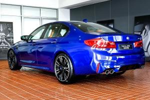 BMW M5 First Edition เหนือกว่าความแรง คือ รุ่นพิเศษ จำนวนจำกัด ! จะมีในไทยเพียง 1 คันเท่านั้น (จาก 400 คันทั่วโลก) ราคา 14,939,000 บาท กับสีตัวถังเฉพาะ และการตกแต่งที่เข้มทมิฬ ส่วน M5 รุ่นปกติ ราคา 13,339,000 บาท