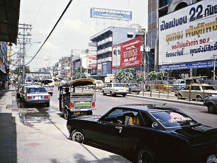 ถนนเพชรบุรี ย่านประตูน้ำ สังเกตห้างพันธ์ทิพย์กำลังก่อสร้าง ปี 2527