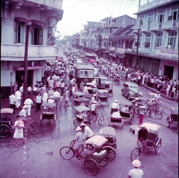 ถนนเจริญกรุง ตรงแยกแปลงนาม ถ่ายไปทางสามแยกภาพนี้ถ่ายในปี 1950 หรือ พ.ศ. 2493