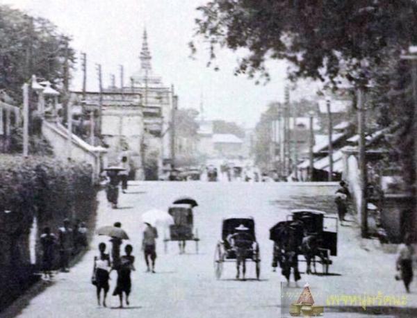 ถนนมหาไชย-ช่วงหน้าวัดเทพธิดาราม-และวัดราชนัดดารามก่อน-พ.ศ.-๒๔๓๐