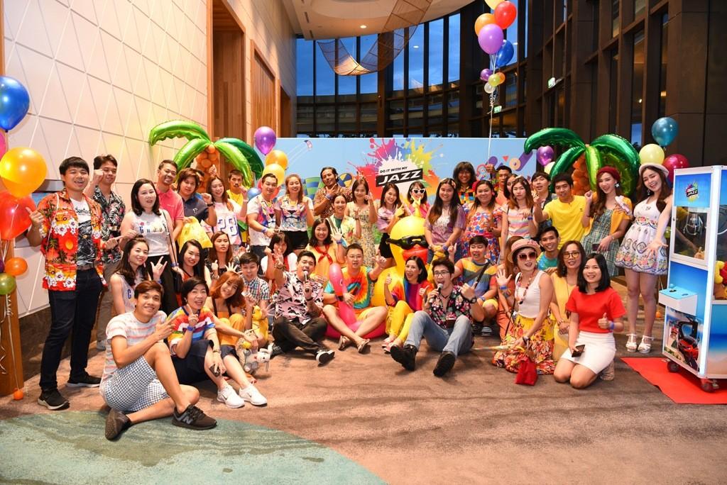 ภาพหมู่ผู้ร่วมแข่งขันในธีม colourful night party