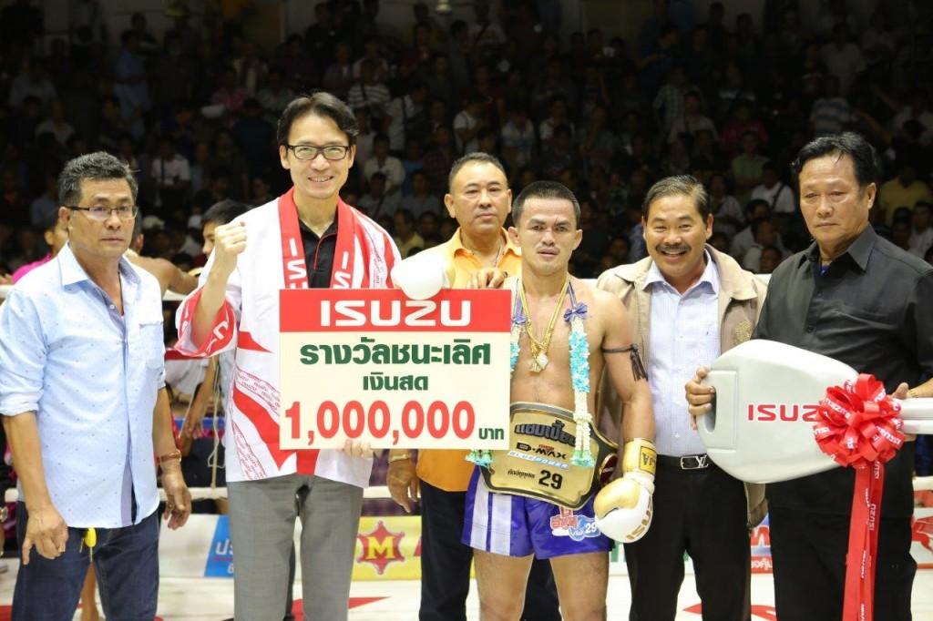 มร.โทชิอากิ มาเอคาวะ มอบรางวัลชนะเลิศให้แก่เพชรมหาชน จิตรเมืองนนท์