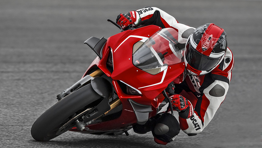 Panigale-V4R-Red-MY19-Ambience-09-Gallery-906x510