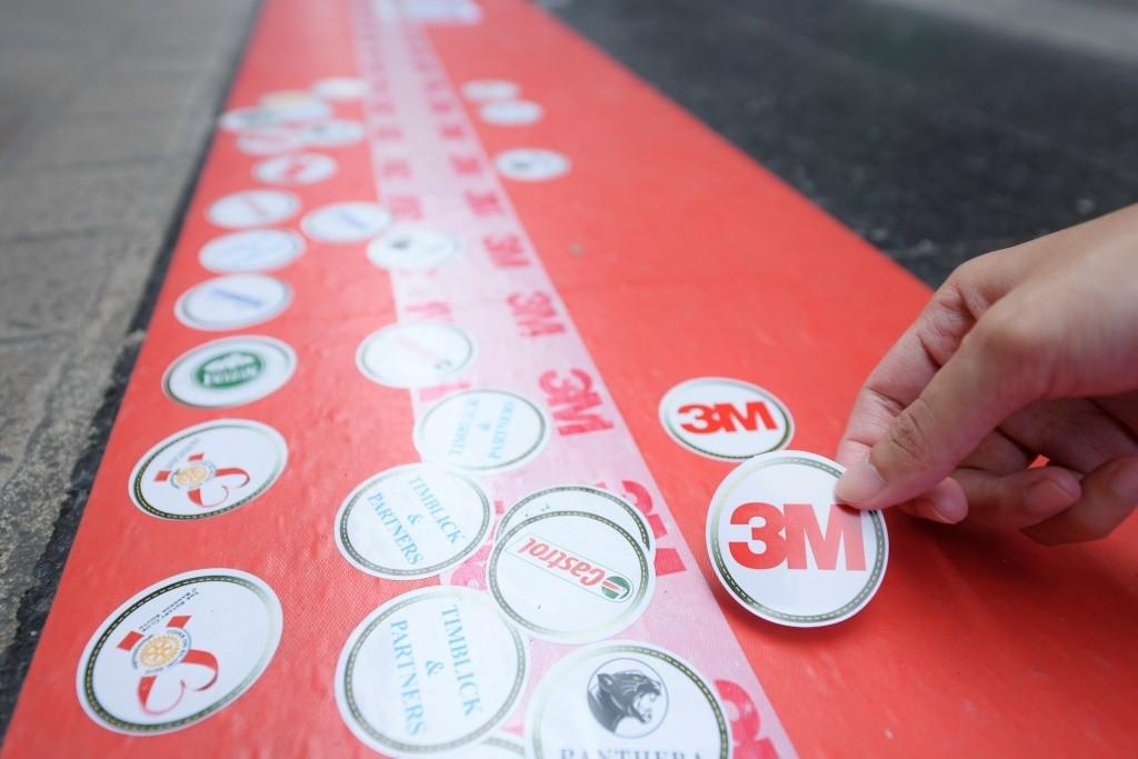 แถบสติกเกอร์กิจกรรมเหรียญกุศล ถนนสีลม