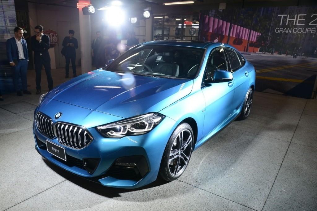 อนุกรมใหม่ของ BMW ! การเปิดตัวในบ้านเราครั้งแรก กับ 218i Gran Coupe (ราคา 2,399,000 บาท) สปอร์ทซีดานแนวใหม่ นอกจากนี้ยังสมทบด้วยรุ่นประกอบในประเทศของ BMW 330e (ราคา 2,799,000 บาท) ซีดานพลัก-อิน ไฮบริด และ 320d (ราคา 2,549,000 บาท) เครื่องยนต์ดีเซล