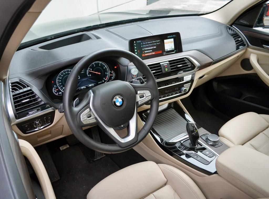 palubovka-Rozoženie-ovládacích-prvkov-patrí-v-BMW-do-najvyššej-ligy.-Dizajn-interiéru-môže-estetickému-oku-pripadať-mierne-prepchatý.-Pozícii-za-volantom-taktiež-nie-je-čo-vytýkať