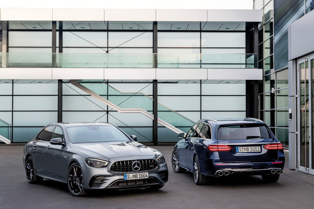 Mercedes-AMG E 53 4MATIC+ Limousine, 2020, Outdoor, Exterieur: selenitgrau metallic, Night Paket, Carbon Paket II; Mercedes-AMG E 53 4MATIC+ T-Modell, 2020, Outdoor, Exterieur: cavansitblau metallic;Kraftstoffverbrauch kombiniert: 9,0-8,8 l/100 km; CO2-Emissionen kombiniert: 207-200 g/km* Mercedes-AMG E 53 4MATIC+ Sedan, 2020, Outdoor, exterior: selenitgrey metallic, night package, Carbon package II;  Mercedes-AMG E 53 4MATIC+ Estate, 2020, Outdoor, exterior: cavansitblue metallic;Combined fuel consumption: 9.0-8.8 l/100 km; combined CO2 emissions: 207-200 g/km*