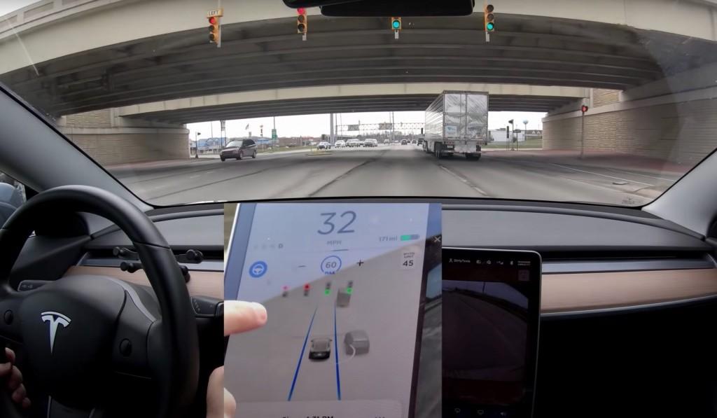 tesla-autopilot-traffic-light-overpass-scaled