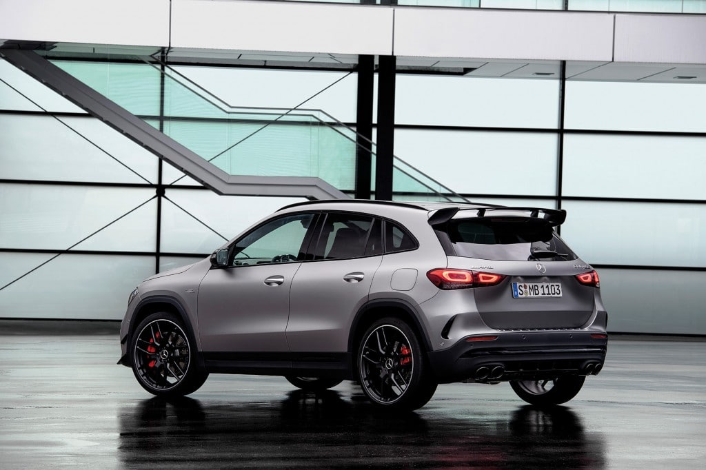Mercedes-AMG GLA45 S 4MATIC+(Kraftstoffverbrauch kombiniert 9,3-9,2 l/100 km; CO2-Emissionen kombiniert 212-210 g/km) Exterieur, Heck Perspektive mit Dachspoiler;Kraftstoffverbrauch kombiniert 9,3-9,2  l/100 km; CO2-Emissionen kombiniert 212-210 g/km* Mercedes-AMG GLA45 S 4MATIC+ (Combined fuel consumption 9,3-9,2  l/100 km; combined CO2-Emission 212-210 g/km), Exterior, back perspective with roof spoiler;Combined fuel consumption 9,3-9,2 l/100 km; combined CO2-Emission 212-210 g/km*