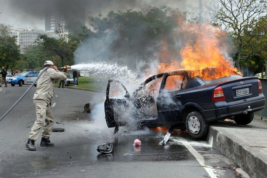 Trabalho de combate a um incêndio em um veículo que pegou fogo no Aterro do Flamengo