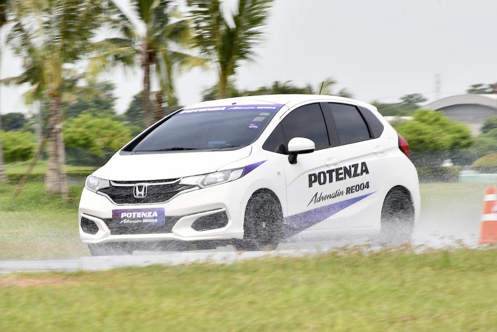 Bridgestone Potenza Adrenalin RE004  (14)
