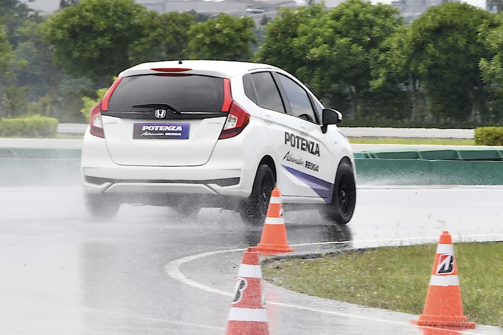 Bridgestone Potenza Adrenalin RE004  (16)