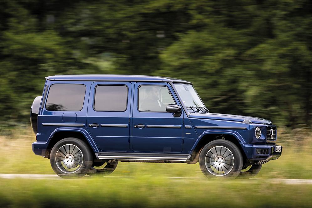 Mercedes-Benz G 400 d; brilliant blau; Leder Nappa macchiatobeige/yachtblau;Kraftstoffverbrauch kombiniert: 9,6 l/100 km; CO2-Emissionen kombiniert: 253 g/km* Mercedes-Benz G 400 d; brilliant blue; Nappa leather macchiato beige/yacht blue;Fuel consumption combined: 9.6 l/100 km; combined CO2 emissions: 253 g/km*