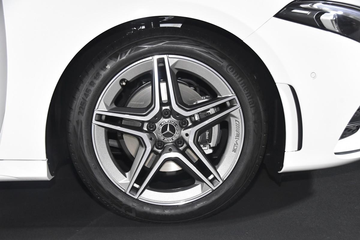 Mercedes-Benz A200 Sedan Progressive AMG Dynamic (4)