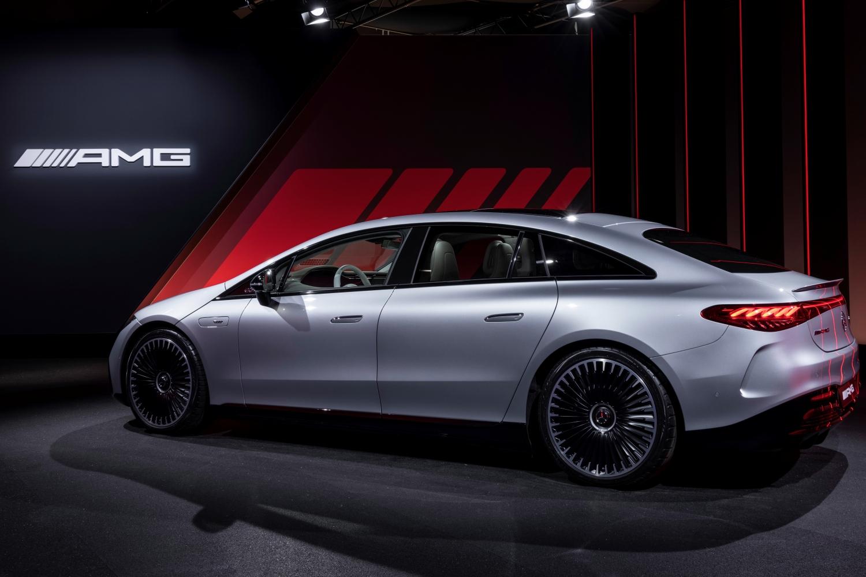 Mercedes-AMG EQS 53 4MATIC+ (Stromverbrauch kombiniert (WLTP): 23,9 - 21,5 kWh/100 km; CO2-Emissionen kombiniert: 0 g/km); Exterieur: hightechsilber; Interieur: Leder Exklusiv Nappa nevagrau / balaobraun // Mercedes-AMG EQS 53 4MATIC+ (combined electrical consumption (WLTP): 23,9 - 21,5 kWh/100 km; combined CO2 emissions: 0 g/km); exterior: high-tech silver; interior: exclusive leather nappa neva grey / balao brown